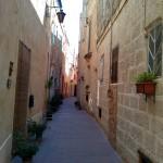 На стене справа сохранилось кольцо для привязи животных. Улица Мдины, Мальта