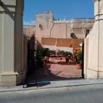 В глубине этого дворика жарят огромные туши свиней. Мдина, Мальта