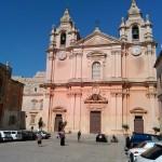 Храм с двумя часами, показывающими разное время. Мдина, Мальта