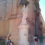 Красивая статуя на улицах Мдины