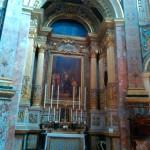 Внутри одной из церквей Мдины - огромные свечи