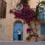 Вьющийся по стене дома цветок. Мдина, Мальта