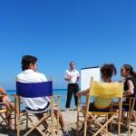 Подростки изучают английский на пляже Средиземного моря