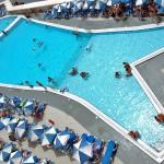 Юные ученики плавают в бассейне отеля Paradise Bay, Мальта